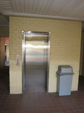 Super 8 New Orleans:                   Elevator