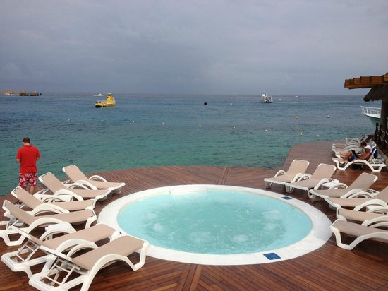 Grand Park Royal Cozumel:                   bubble pool beyond the infinity pool with front row view of the ships