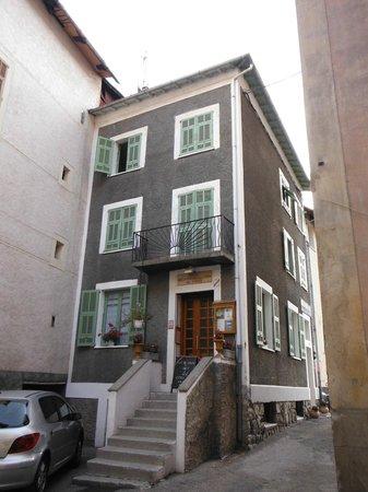 Hotel des Amis: La porte frontale. L'entrée réelle est sur le côté, vers la droite.