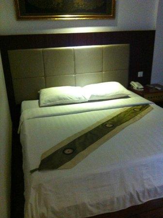 ダイヤモンド ホテル,                   bed