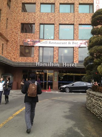 Hamilton Hotel Seoul:                   the overview of hotel entrance