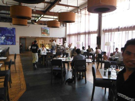 Le Louvre Hôtel & Spa:                   La salle à dîner, bien lumineuse. Le buffet est au fond de la pièce.
