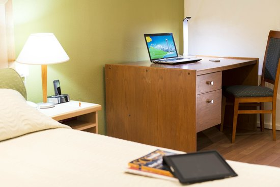 Ibis Styles Kununurra: Superior Room Desk Area