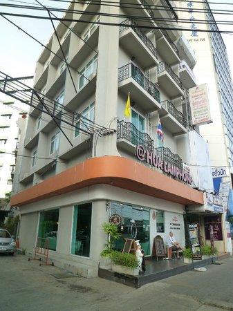 At Hua Lamphong Hostel: Front of hotel