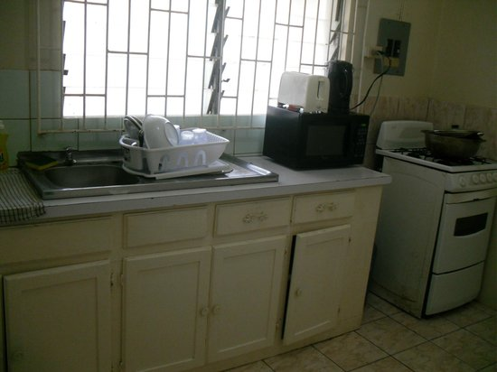 Bethel Court Guest House: Kitchen... everything you need, including dishes, pots, pans!