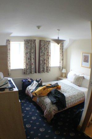 Grey Bull Hotel: Top floor room