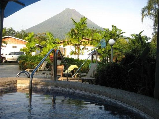 Hotel Villas Vilma: Área de piscina y jacuzzi con vista al Volcán Arenal