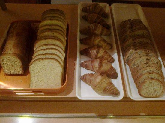 Ibis Budget Chartres: Croissants et pain de campagne de boulangerie
