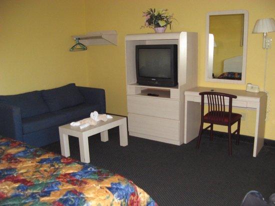 Apollo Inn Motel:                   Room 108 - TV, desk, sofa