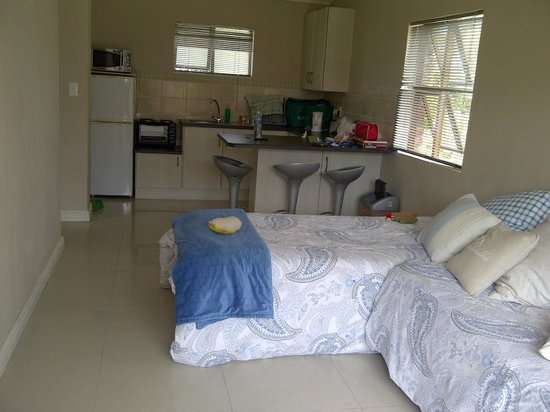 Bluewater Beachfront Guest House :                   Lounge and kitchen area