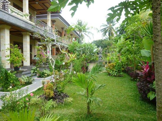 Frangipani Bungalows:                   la cours intérieure