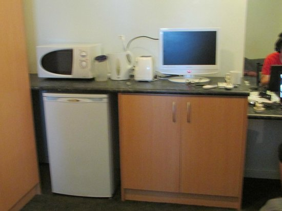Baileys Motel:                   Kitchenette with fridge