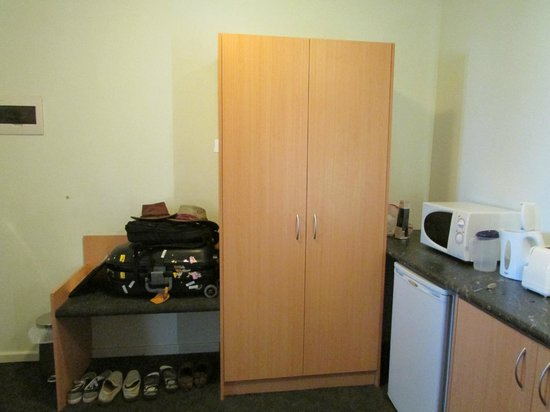 Baileys Motel:                   Room Closet