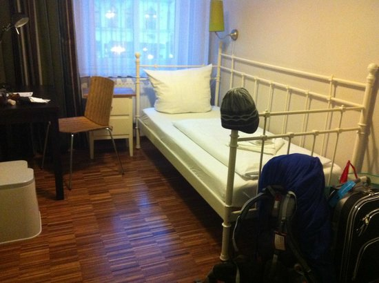 The Circus Hostel :                   single bedroom