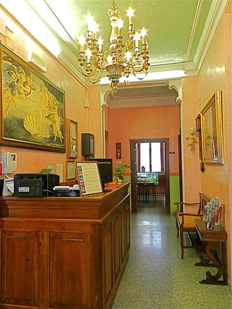 Hotel Desiree: Hotel Reception