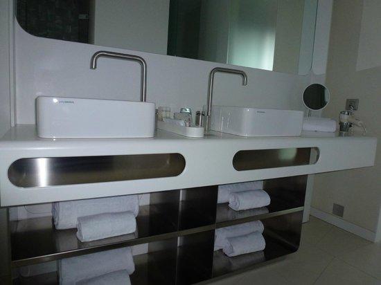 Barcelo Raval: Tidy bathroom