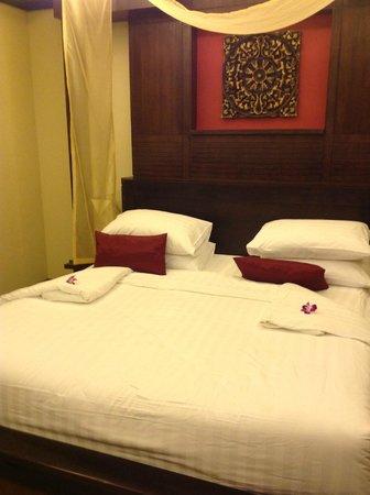 كيريكايان لوكشري بوول فيلاز آند سبا: Bedroom with added flowers
