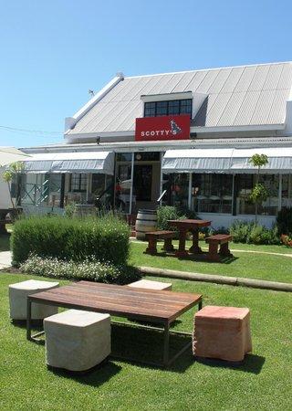 Scotty's Restaurant & Bar: Our garden.