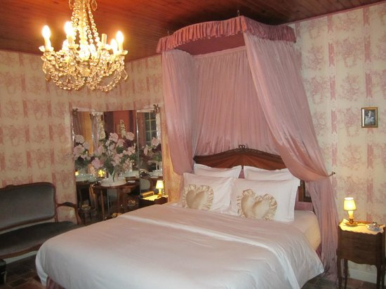 Le Chateau de l'Abbaye :                                                       Notre chambre...romantique!