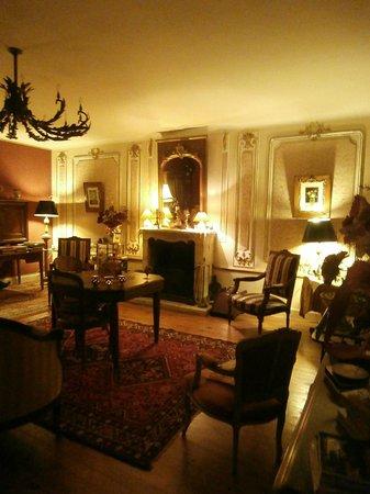 Le Chateau de l'Abbaye :                                                       Un autre des petits salons.