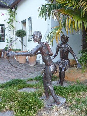 Rothman Manor: diverse Kunstfiguren