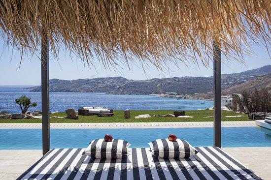Myconian Villa Collection: Villa private infinity pool and sunbathing garden
