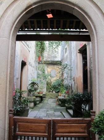 Hui Boutique Hotel:                                     Courtyard between the two houses of the hotel
