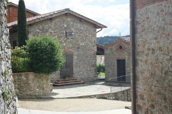 Fontebussi Tuscan Resort:                   lägenheter och kyrkan