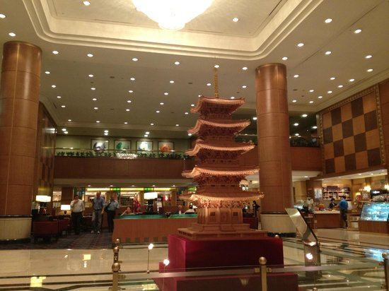 Belle-Essence Seoul Hotel:                   nice pagoda in the middle of lobby.... standing