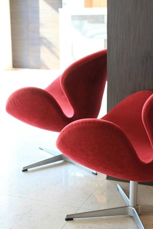 Sacha's Hotel Uno: Designer chairs at the lobby