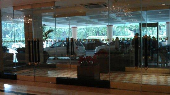 แชงกรี ลา เอรอส โฮเต็ล: Foyer