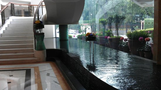 Shangri-La's Eros Hotel: Foyer fountain