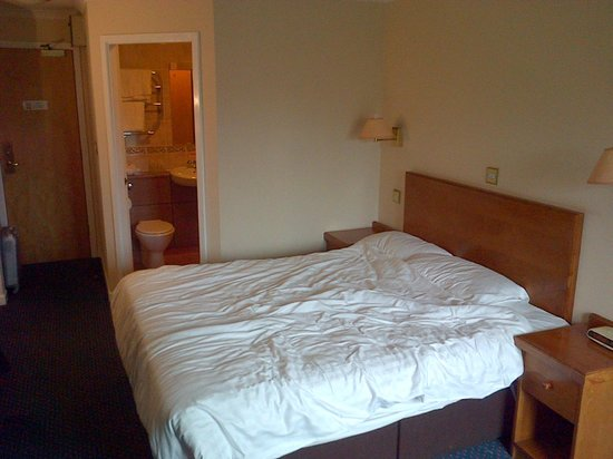 BEST WESTERN Stoke East : Bed right next to bathroom