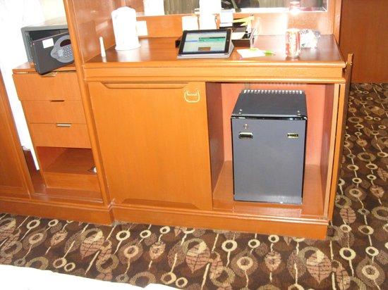 Holiday Inn Singapore Atrium: Minibar & Safe