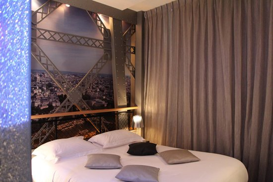 Our eiffel tower room picture of hotel design secret de for Paris secret hotel