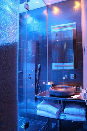Hotel Design Secret de Paris: Illuminated bathroom