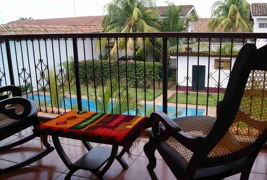 Hotel Cacique Adiact: View of pool area from apartment balcony