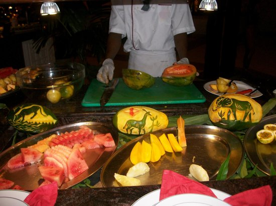 Southern Palms Beach Resort: Mangos hand carved by the Chefs who are great atwhat they do..