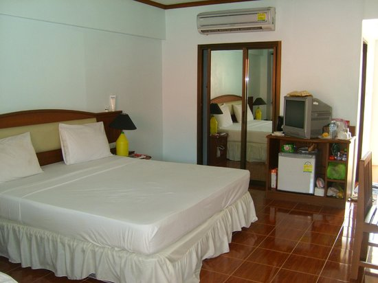Choeng Mon Beach Hotel and Spa: literie king size  placard potes coulissantes avec coffre