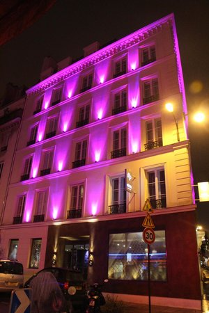 Hôtel Design Secret de Paris: Night lighting from outside