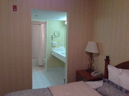 Hawthorn Suites by Wyndham Dallas Park Central:                                     Bathroom
