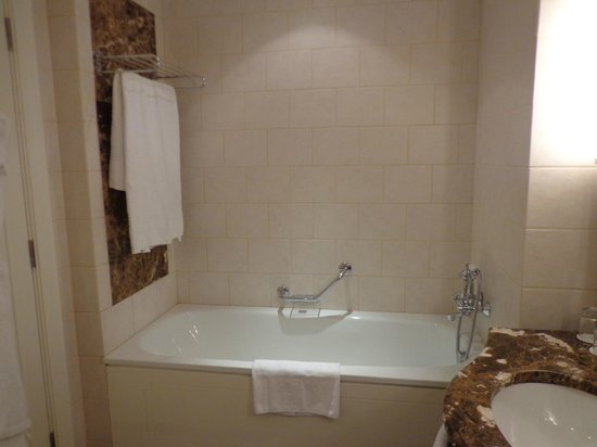 Corinthia Hotel Budapest:                   bañera