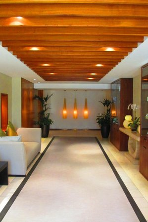 Grosvenor House Dubai: Way to the pool