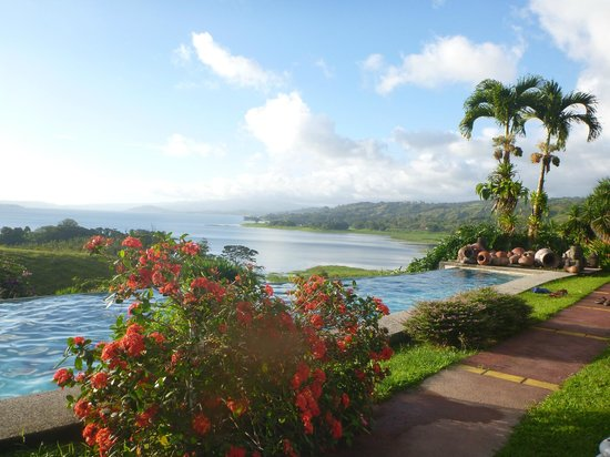 La Mansion Inn Arenal Hotel: View from the infinity pool...