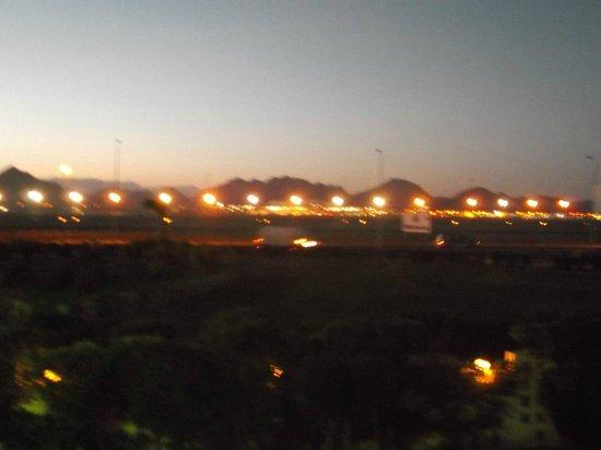 Island Garden Resort:                   вид на аэропорт