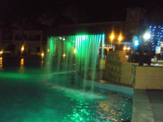 Island Garden Resort:                   Бар у бассейна