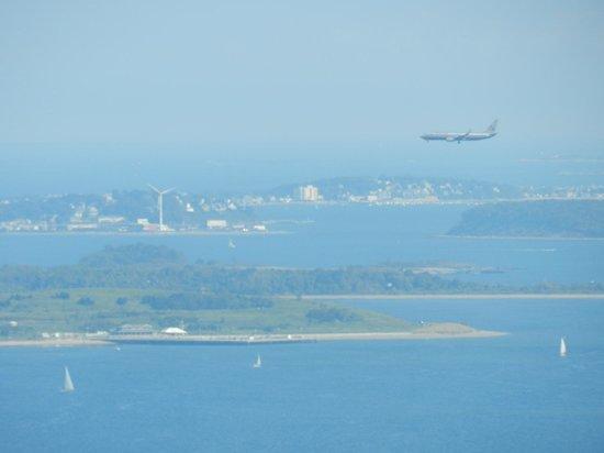 Prudential Center: Un avión descendiendo hacia el Logan Airport