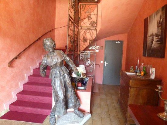"""Hotel Le Pain de Sucre : Notre  """"dame de fer"""" la danseuse Saugaine"""