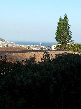 Villa Honeywood Guest House:                   Blick von Honeywood auf Fishhoek mit dem Meer im Hintergrund
