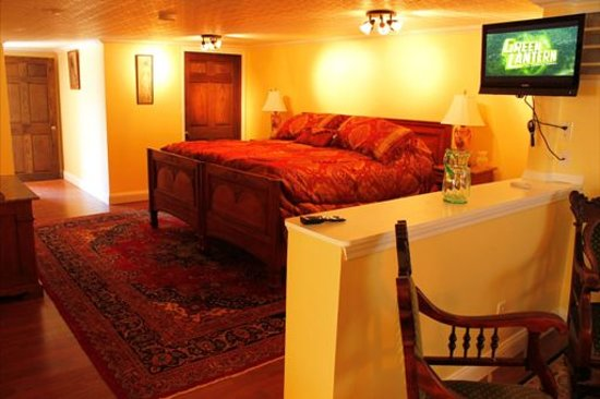 Carousel Bed and Breakfast at Ruff Acres: The Heron View Suite